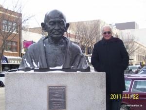 من و مجسمه گاندی در سسکتون